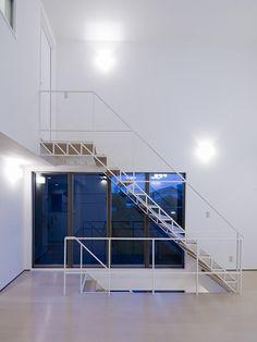 華奢な鉄骨をトラス構造で組み上げたスケルトン階段。