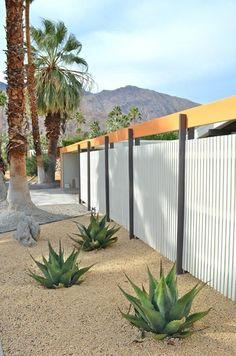 Современный металлический забор в Калифорнии.