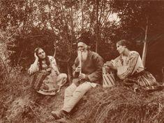 Romania Gallery / Peasants with Flute Postcard Folk Costume, Photo Postcards, Old Men, Romania, History, Couple Photos, World, Gallery, Life