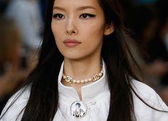 Medalhas, botons, pérolas, braceletes e meias de lurex: os acessórios da Chanel para o verão 2015 | Chic - Gloria Kalil: Moda, Beleza, Cultura e Comportamento