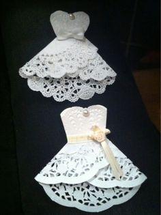 Si quieres realizar los recuerdos de la fiesta de 15 años con tus propias manos puedes optar por estos vestidos de quinceañeras con blondas. Doilies Crafts, Paper Doilies, Diy And Crafts, Arts And Crafts, Paper Crafts, Dress Card, Wedding Cards, Party Wedding, Paper Flowers