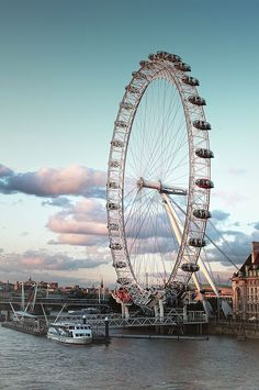 London Eye is one of the many iconic attractions of London. Here we present some cool London Eye facts. London Eye, London City, Voyage Hawaii, Uk Visa, London Attractions, Big Ben, Foto Instagram, Travel Tips, Outdoors