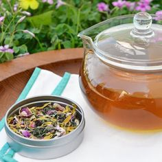 Wake Up To Spring Tea Homemade Spring Detox Tea with nettle, burdock, calendula, rose hips, and lemon… Yummy Drinks, Healthy Drinks, Healthy Eating, Detox Recipes, Tea Recipes, Drink Recipes, Juice Recipes, Detox Tee, Homemade Detox