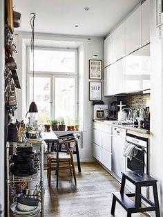 Gravity Home: Photo Kitchen Interior, Kitchen Decor, Kitchen Design, Ikea Small Kitchen, Ikea Kitchen Cabinets, Kitchen Black, Room Interior, Small Apartments, Small Spaces