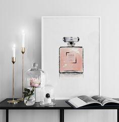 Poster mit Chanel-Parfüm, schön zu einer rosafarbenen Einrichtung.