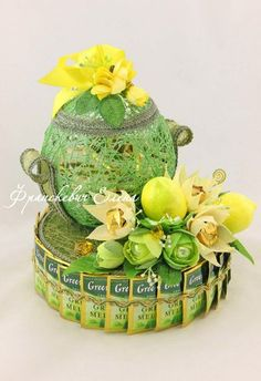 Букеты из конфет - Ассоциация свит-дизайнеров Gift Bouquet, Candy Bouquet, Food Gifts, Craft Gifts, 3d Quilling, Chocolate Bouquet, Crepe Paper Flowers, Antique Boxes, Girly Gifts