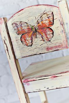 This upcycling expert is one of them, and saw the potential to turn an inexpensive thrift Decoupage Chair, Decoupage Wood, Napkin Decoupage, Decoupage Tutorial, Chalk Paint Furniture, Funky Furniture, Recycled Furniture, Furniture Projects, Furniture Makeover