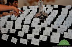 ¡Organiza a tus invitados con estas originales ideas! #matrimoniocompe #matrimonio #boda #novia #iluminacion #luz #decoracion #decoracionboda #seatingplan #organizarboda #decoracionmatrimonio Photo Wall, How To Plan, Frame, Fabric Ribbon, Wedding Stuff, Mariage, Picture Frame, Photograph, Frames