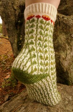 knitting socks Ravelry: Ruusujuuri pattern by Tiina Kuu Crochet Socks, Knit Or Crochet, Knitting Socks, Hand Knitting, Knitting Patterns, Crochet Patterns, Knitted Slippers, Knitting Machine, Vintage Knitting