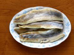 <p>Wielkimi krokami zbliża się zima w związku z czym mam coraz większą ochotę na pyszne… śledzie :)! Mama jednego z moich dzieciaczków w przedszkolu podrzuciła mi rewelacyjny przepis na pyszne śledzie, którym z chęcią się z Wami podzielę. Na moim blogu znajdziecie kilka różnych przepisów na tą rybkę ale mam …</p>