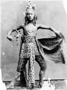 Indonesia, Java ~ Javanese Dancer Went to a beautiful performance in Java! Old Pictures, Old Photos, Vintage Photos, Laos, Vietnam, Ghost In The Machine, Dutch East Indies, Javanese, Historical Photos