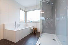 Helles, modernes Badezimmer im Trend 146 W in der Blauen Lagune Trends, Corner Bathtub, Bathroom, Blue Lagoon, Bath Room, Bathing, Washroom, Bath, Bathrooms