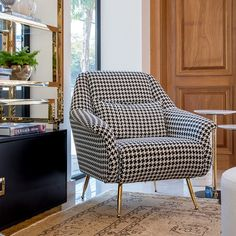 Elegance is a classic. 3 Piece Living Room Set, Living Room Decor Colors, Living Room Sofa Design, Living Room Sets, Living Room Interior, Poltrona Vintage, Chair Design, Furniture Design, Poltrona Design