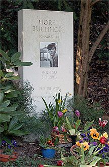The Berlin grave of film actor Horst Buchholz. Horst Buchholz, Famous Tombstones, The Magnificent Seven, Famous Graves, Vanitas, Special People, Cemetery, Funeral, Famous People
