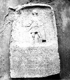 Estela del pretoriano Quinto Pomponio Próculo, soldado de la cohors IV praetoriae Pia Vindex. Siglo I-Inicios del s. II d.C. descubierta en Foruli (Civita Tomassa, Scoppito), ahora en Aquila, en el Museo Nazionale d'Abruzzo CIL IX 4397 (p.417) Q(uinto) Pomponio / Proculo mil(iti) / c(o)hor(tis) IIII pr(aetoriae)  (centuria) Maximi / mil(itavit) annis XIII testa/mento Q(uintus) Pomponi/us Thaumastus fra/tri pientissimo [