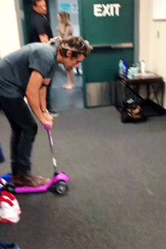 31 Signs You Love Harry Styles More Than Anything On This Planet Harry_Styles: Haven't got my license yet. (gif) This is so stupid that it's funny. When I first saw this I laughed so hard! He's just so stupid, it's so cute!