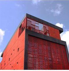 #architecture #concept_store #nigeria @alaralagos ...un bloc ocre et noir dont les motifs géométriques sont inspirés de l'Adire, un textile traditionnel nigérian... Par ici : http://www.afriquedesigndaily.com/alara-le-concept-store-qui-claque/