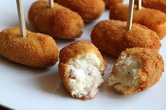 Jamon and brie croquetta Mexican Food Recipes, New Recipes, Cooking Recipes, Brie, Mets Vins, Puerto Rican Cuisine, Pernil, Spanish Cuisine, Spanish Food