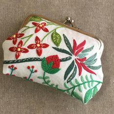 いいね!43件、コメント5件 ― ryokoさん(@chicchai_chicchai)のInstagramアカウント: 「赤い実、赤い花のがま口が完成しました✨✨ . 白地に赤と緑。カワイイ . #刺繍 #ハンドメイド #手芸 #刺繍部 #ボタニカル #がま口 #花 #実 #embroidery…」