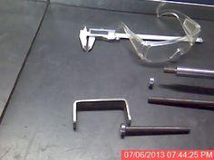 Prensas con materiales reciclados - Con los anteojos de protección ocular, para que sirva de referencia de medida...