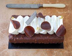 """Retour aux températures fraîches qui donnent envie de passer l'après-midi au chaud avec notre """"Salon gourmand aux poires et caramel"""". À commander jusqu'à ce soir 19h #NicolasBernardé #PâtisserieDuSamedi #PDS #dessert #cake #gourmand #gourmet #teatime #Frenchpastry #poire #pear #caramel #chocolat #chocolate #chocolateaddict"""