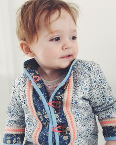 Quilted jacket in Liberty with neon details Hippie Baby, Bohemian Baby, Bohemian Style, Toddler Girl, Baby Kids, Baby Boy, Toddler Fashion, Boy Fashion, Kid Styles