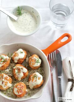 Salmon balls with de yoghurt sauce. Veggie Recipes, Fish Recipes, Real Food Recipes, Cooking Recipes, Yummy Food, Healthy Recipes, Healthy Food, Pescado Recipe, Paella