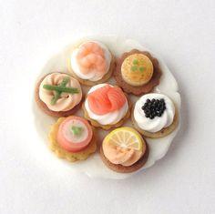 Toast apéritif miniature fimo / saumon / crevette / crème / poisson / pain / vaisselle miniature / pastel sec / vernis / chantilly
