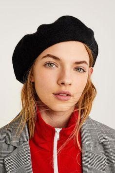 De lana, de tela, lisa o estampada, está claro que las boinas on el complemento del momento. Te contamos cómo llevarlas para acertar seguro.