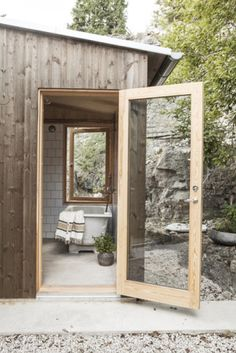 Ö20 bild6 Architectural Digest, Cabin Design, House Design, Vie Simple, House Cladding, Small Buildings, Cabin Interiors, Wooden House, Scandinavian Home