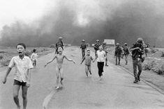 """Le cliché original pris par Nick Ut. En arrière-plan, des soldat sud-vietnamiens. À droite, le photographe de """"Life"""" David Burnett, qui recharge son appareil  1200 × 801"""