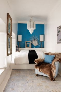 Electric blue feature wall in Moroccan-style small bedroom with white chandelier and raised platform de casas design office Narrow Rooms, Small Rooms, Small Spaces, Narrow Bedroom Ideas, Small Small, Small Bedroom Designs, Small Room Bedroom, Bedroom Decor, Ideas Decorar Habitacion