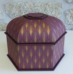 Avec le papier JOSEPHINE Prune (PT54294), la boite mansarde hexagonale de Passion Cartonnage