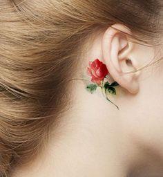 Une rose derrière l'oreille