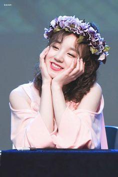 Yuqi - (G)i-dle Kpop Girl Groups, Korean Girl Groups, Kpop Girls, Very Lovely, Beautiful, Cube Entertainment, Soyeon, Neverland, Flower Crown