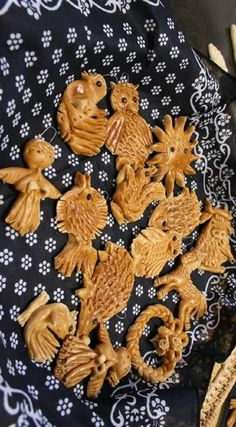 Vizovice pastry is a traditional Czech Christmas decorative pastries - is not designed to eat. Mass to make the creation of 500 g powdery flour and 2 ounces of water.