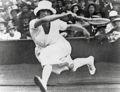 """Image copyright                  Getty                  Image caption                     Suzanne Lenglen fue la primera jugadora que se rebeló contra las """"absurdas y anticuadas reglas del tenis aficionado"""".   Fue la primera en saltar a una cancha con los brazos descubiertos y una falda levemente por debajo de las rodillas en una época lejana a las hermanas Williams, la rusa Maria Sharapova o la alemana Steffi Graf. Muchos la vieron como una n"""