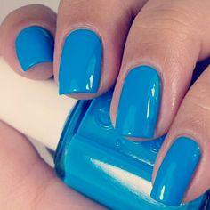 La nuova parola d'ordine per gli #smalti per #unghie è eliminare gli eccessi e tornare a riscoprire la monocromia.   #nails #nail #fashion
