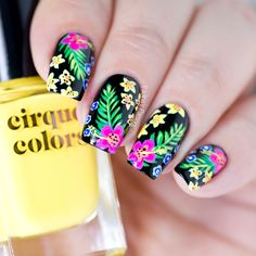 Summer Nail Art tutorial with tropical Hawaiian shirt floral pattern. This video tutorial shows step-by-step on how to achieve this tropical look. Hawaiian Nail Art, Tropical Nail Art, Nail Designs Spring, Cute Nail Designs, Cute Nails, My Nails, Classy Nails, Nail Design Games, Nails Design