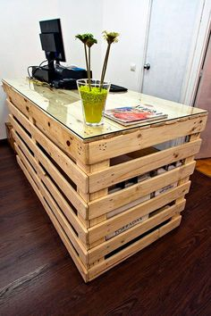 Use Pallet Wood Projects to Create Unique Home Decor Items Pallet Desk, Pallet Furniture, Furniture Plans, System Furniture, Furniture Chairs, Garden Furniture, Bedroom Furniture, Furniture Sets, Outdoor Furniture
