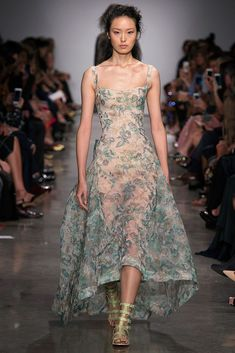The complete Zac Posen Spring 2017 Ready-to-Wear fashion show now on Vogue Runway. Style Haute Couture, Couture Mode, Couture Fashion, Runway Fashion, Zac Posen, Beautiful Gowns, Beautiful Outfits, Fashion Week, Fashion Show