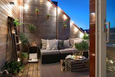 Balkon-Sitzecke gestalten-Kaffeetisch aus recyceltem Holz-Beleuchtung