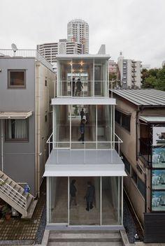 On est séduit par le jeu de volumes crée par les terrasses ! Superbe ! #facadejaponaise #architecturejaponaise #architecturemoderne
