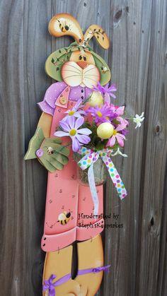 https://www.etsy.com/pt/listing/183739434/bloomin-miss-bunny-hanger-wooden-girl?ref=shop_home_active_13