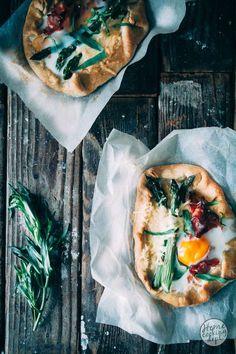 Super eenvoudig en leuk groene asperges recept voor het maken van een 1 persoons hartig taartje. Je maakt zelf het deeg en hebt geen bakvorm nodig!