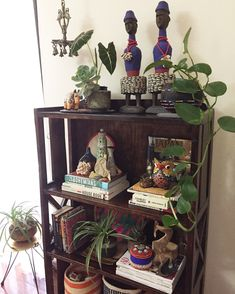 Jungalowstyle Shelfie, dolls from Cameroon, decorating with plants, Indian decor. - Feste Home Decor Decor, Indian Home Decor, Vintage Interior, Global Decor, Indian Decor, Earthy Home, Minimalist Kitchen Design, Diy Living Room Decor, Asian Home Decor