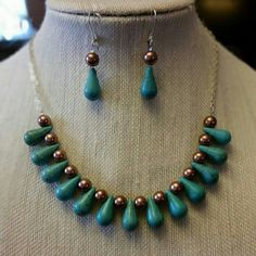 Collar de piedras color turquesa y perlas cafe