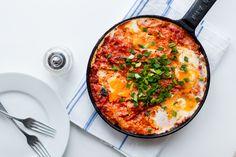 Shakshuka koostuu mausteisesta tomaattipohjasta, jonka pinnalla kypsyvät ruokaisat kananmunat.