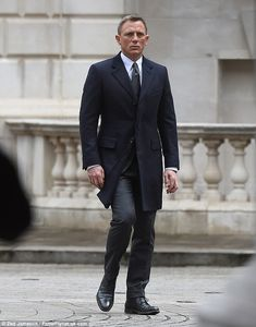 Daniel Craig is joined by Naomie Harris on the set of Spectre Sharp: The actor looked exactly how you would expect Bond to look in a sharp dark suit and grey tie Daniel Craig Suit, Daniel Craig James Bond, James Bond Suit, James Bond Style, Rachel Weisz, Smart Casual Suit, Daniel Graig, Man's Overcoat, Mens Fashion Suits