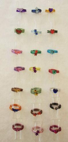 ....et voici les derniers bijoux pour enfants que j'ai réalisé pour le marché de Noël des 3 et 4 décembre 2011 à St Hilaire la Palud. Des bagues en fil aluminium de toutes les couleurs avec des strass coeurs, papillons et étoiles.